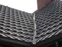 Krzywy przeciekający kosz dachu